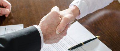 Agent immobilier poignée de main