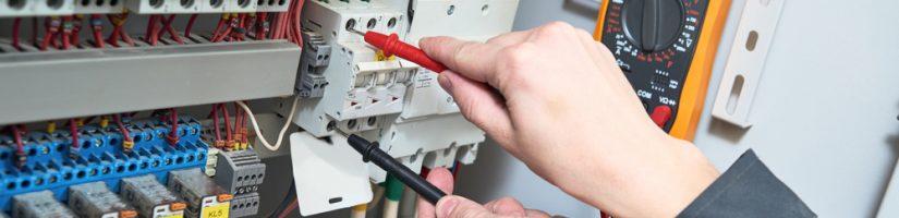 électricien contrôlant une installation électrique