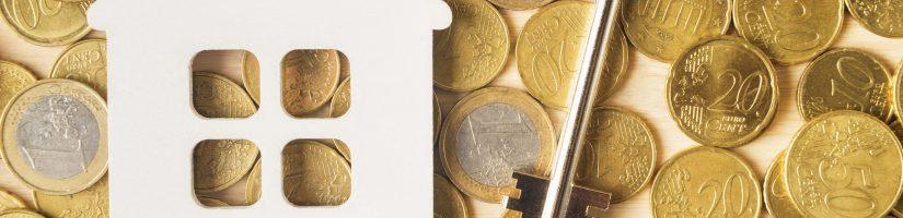 petite maison et clefs sur pièces de monnaie
